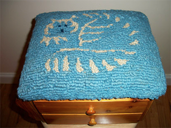 Hooked wool cat sit stool with drawers